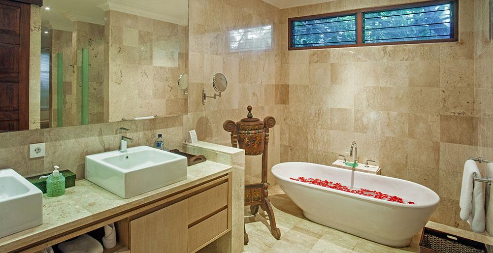 12. Villa Avalon Annex - Master bedroom ensuite, Canggu Villa Images ...