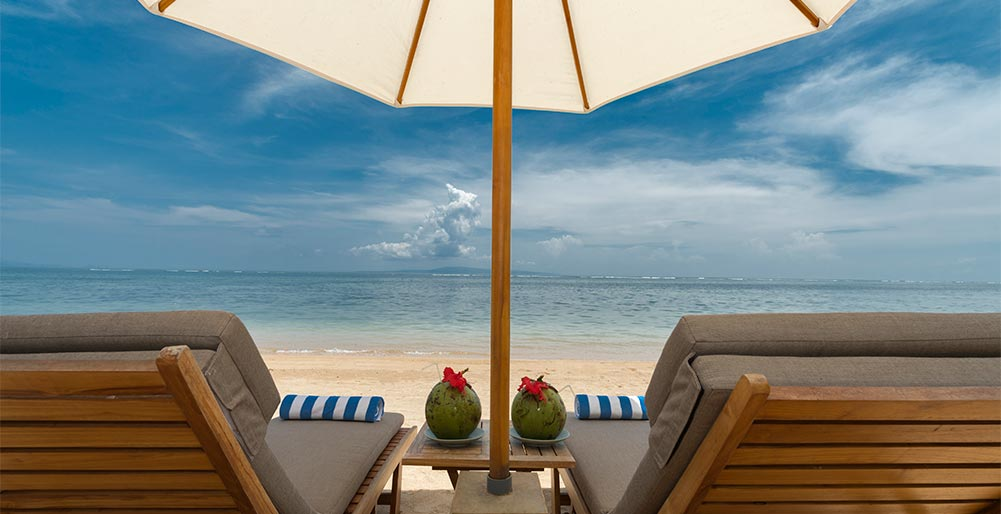 Villa Batujimbar - Sun loungers on the beach