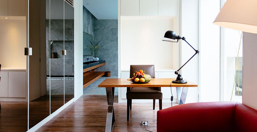 Villa Canggu - Villa South master bedroom study area