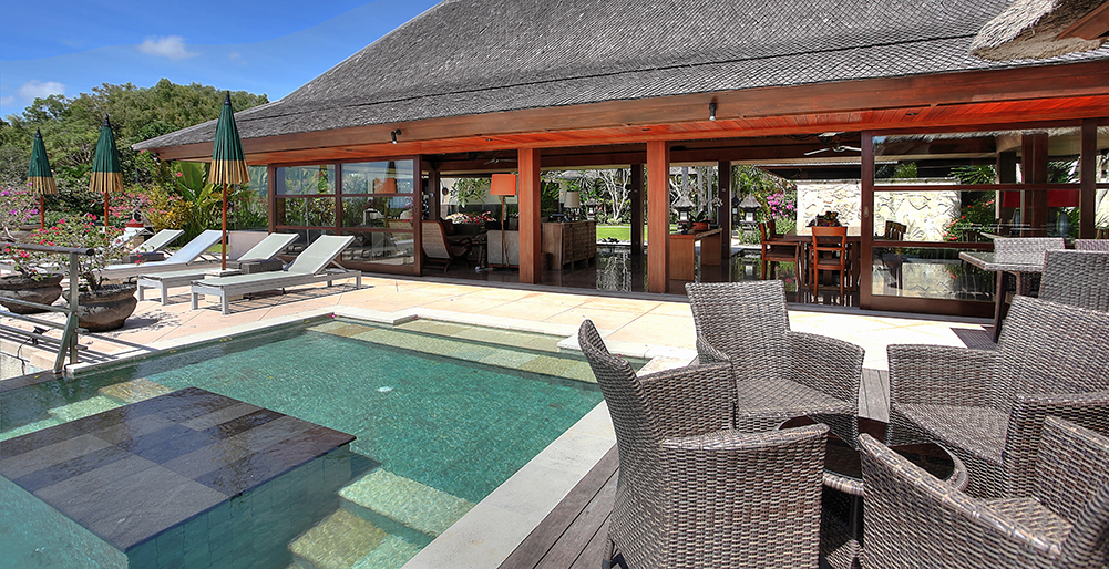 Indah Manis - Pool and living room