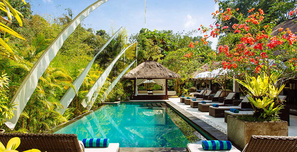 Villa Maya Retreat - Sun loungers round the pool
