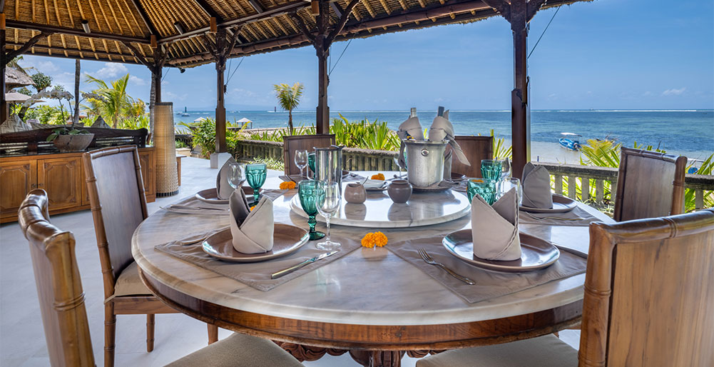 Villa Cemara - Outdoor dining and sea view