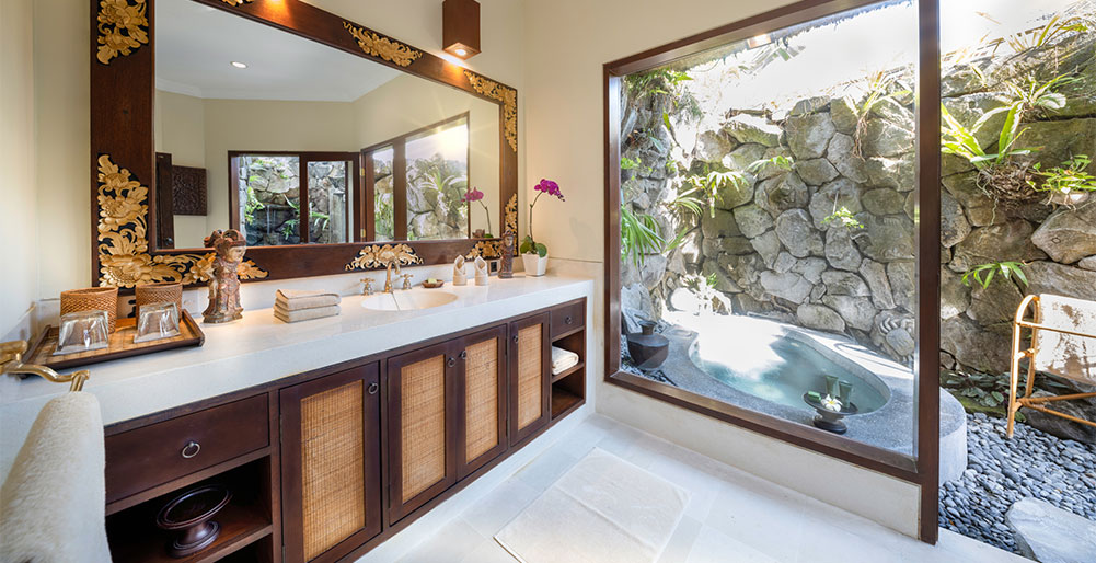 Villa Cemara - Ensuite bathroom with outdoor bath