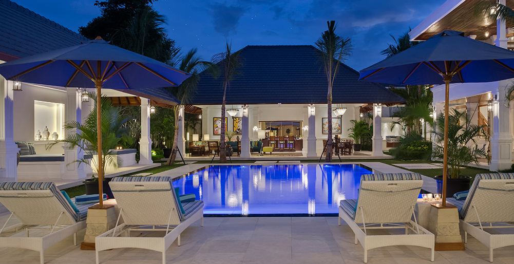 Villa Windu Asri - Pool and dining at night