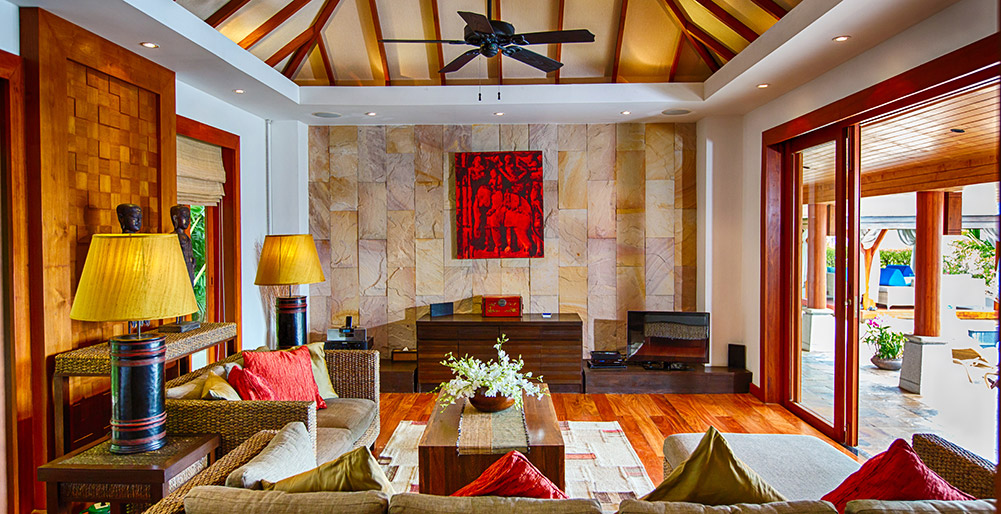 Baan Surin Sawan - Living room opening to pool