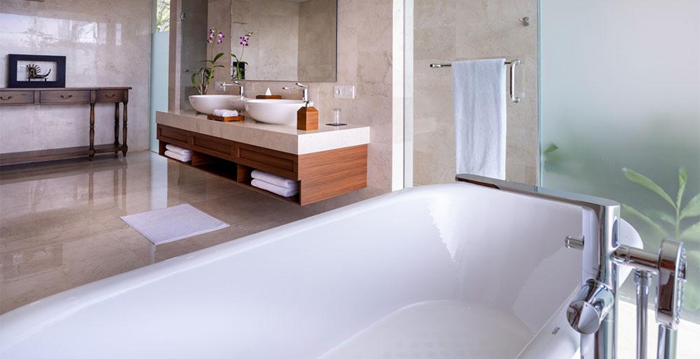 Villa Kailasha - Master bathroom with tub