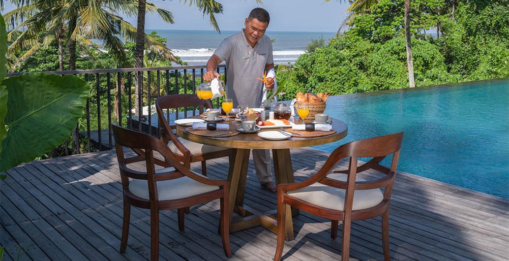 Villa Kailasha - Breakfast by the pool